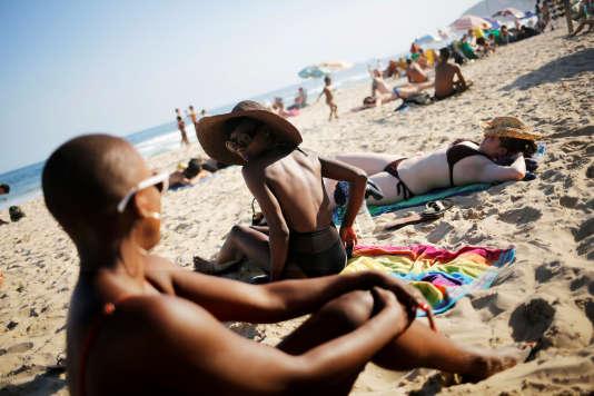 Des touristes sur la plage d'Ipanema au Brésil.