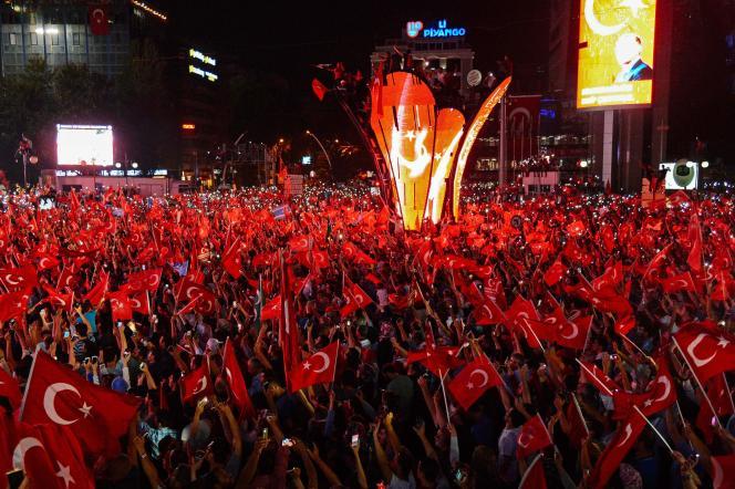 Des partisans du président Erdogan sur la place Kizilay, à Ankara, le 18 juillet.