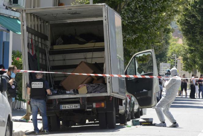 La police cherche des indices dans le camion, le 15 juillet à Nice.