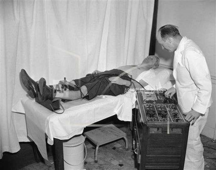 L'avocatWalter F. Sullivan, fait tester son rythme cardiaque, le 7 avril 1952 à la clinique de Framingham dans le Massachussets.