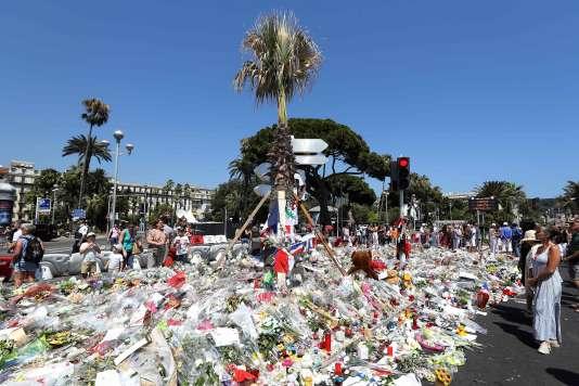 Le 14 juillet, 86 personnes ont été tuées à Nice et plus de 400 personnes blessées, lorsqu'un djihadiste a lancé son camion dans la foule sur la promenade des Anglais.