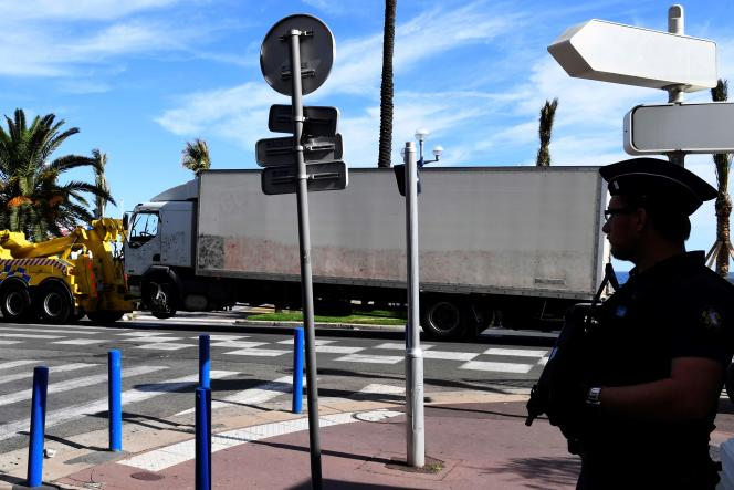 Un policier sur la promenade des Anglais, pendant le remorquage du camion utilisé pour commettre l'attentat du 14 juillet à Nice.