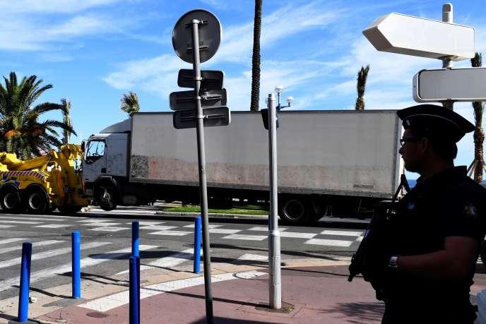Un policier sur la promenande des anglais, le 15 juillet à Nice.