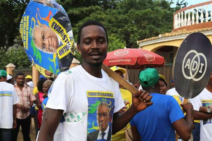 Un partisan d'Evaristo Carvalho, le 18 juillet 2016, à Sao Tomé et Principe.