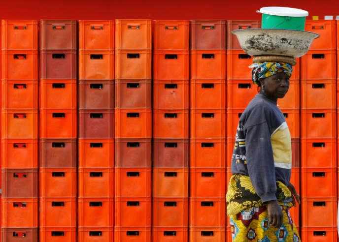 Sur les côtes du Sénégal, depuis quelques années, des fabricants de farine de poissons coréens, russes, chinois, installés sur place, raflent toute la petite pêche.