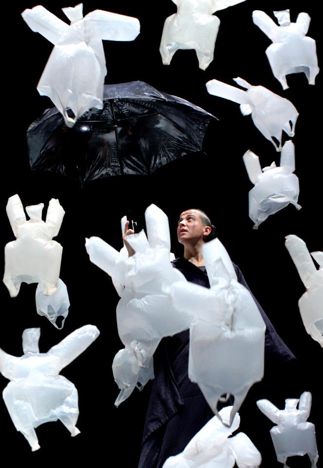 Le spectacle « L'après midi d'un foehn » chorégraphié par Phia Ménard, au Nouveau Théâtre de Montreuil, le 11 mai 2016.