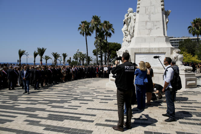Des dizaines de milliers de personnes se sont rassemblées lundi 18 juillet à Nice, pour rendre hommage aux victimes de l'attentat du 14 juillet sur la promenade des Anglais.