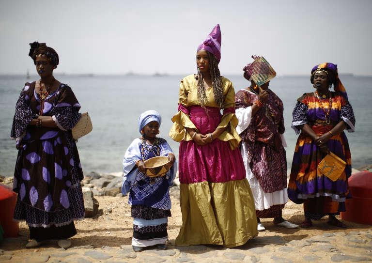 Femmes sénégalaises en tenue traditionnelle d'apparat pour la visite du président américain Barack Obama le 27 juin 2013.