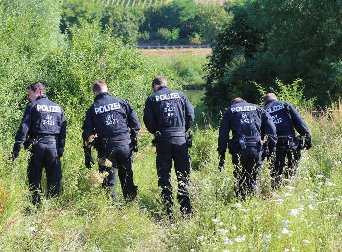 Des policiers près du lieu où un Afghan de 17 ans a blessé les passagers d'un train régional à Würzburg, en Bavière, dans le sud de l'Allemagne.