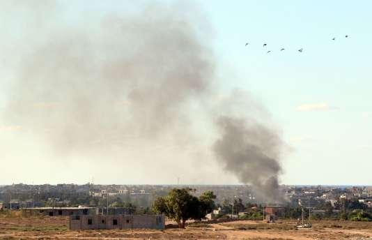 De la fumée sort des bâtiments bombardés par les forces aériennes du gouvernement de Fayez El-Sarraj visant l'organisation Etat islamique, le 18 juillet 2016 à Syrte, en Libye.