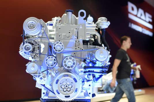 Presentation d'unmoteur de camion sur le stand DAF du Salon international de l'automobile à Hanovre, en 2014.