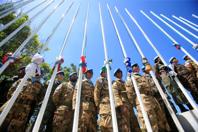 Les soldatsdes Forces Intérimaires des Nations Unies au Liban devant leurs drapeaux croisés, le 19 juillet 2016 au quartier général de l'ONU à Naqoura, au Liban