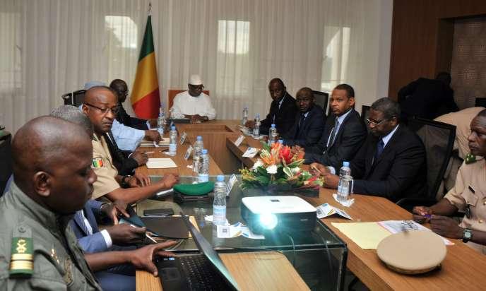 Le président malien Ibrahim Boubacar Keïta (centre) assiste à une réunion de sécurité avec le premier ministre, le ministre de la défense et les commandants de l'armée, le 19 juillet 2016, au palais présidentiel à Bamako, après que le camp militaire de Nampala a été attaqué.