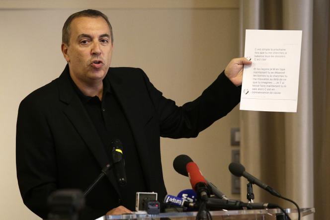 Jean-Marc Morandini a brandides pages reproduisant des tweets ou des documents d'avocat lors de sa conférence de presse,mardi 19 juillet, à Paris