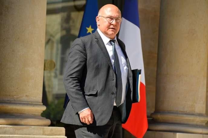 Le ministre des finances, Michel Sapin, devant le palais de l'Elysée, le 19 juillet.