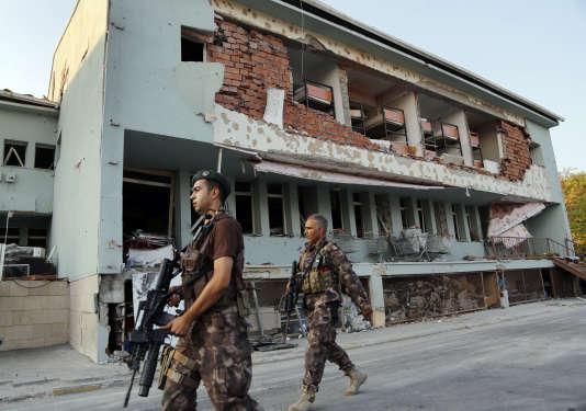 Des policiers patrouillent devant leur base endommagée par l'attaque aérienne, lors du coup d'Etat raté du 19juillet à Ankara.