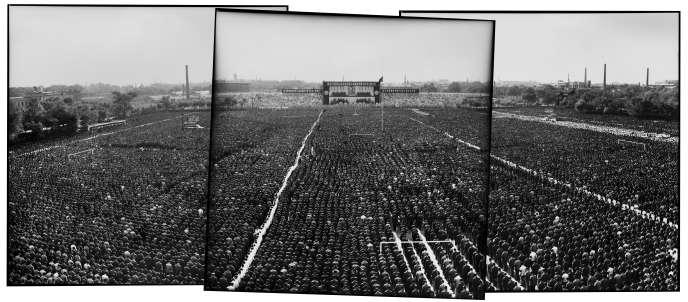 Rassemblement au stade du peuple de Harbin, (province du Heilongjiang)pour en un dernier hommage à Mao, le 18 septembre 1976.
