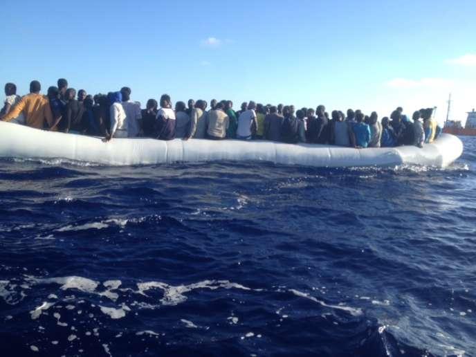 Lundi 18 juillet, à 7 h 30, un canot est repéré par l'«Aquarius», avec 136 personnes à bord.