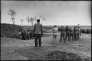 """Au terme d'un procès public, sept hommes et une femme sont transportés jusqu'au cimetière de Huang Shan, dans la banlieue de Harbin, pour y être exécutés. Parmi les criminels de droit commun et les """"contre-révolutionnaires"""" figurent des amants, Cui Fenyuan et Guan Jinxian complices du meurtre du mari de celle-ci. 5 avril 1968"""