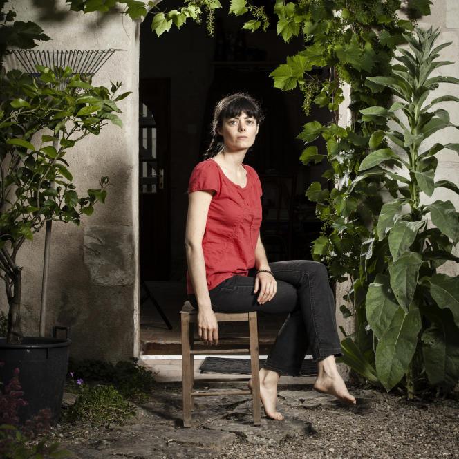 Portrait de Inès Léraud, productrice à France Culture, photographiée dans la maison de ses parents,dans les environs de Saumur (Maine-et-Loire), le mercredi 29 juin.