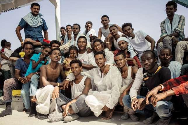Le médiateur culturel de Médecins sans frontières au sein d'un groupe d'Erythréens secourus par l'«Aquarius».