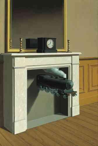 «Juxtaposant une locomotive et une cheminée, Magritte nous invite à rapprocher, voire à confondre, deux objets qui émettent des panaches de fumée. C'est un principe d'équivalence entrecheminée etlocomotive que nous propose cette œuvre.»