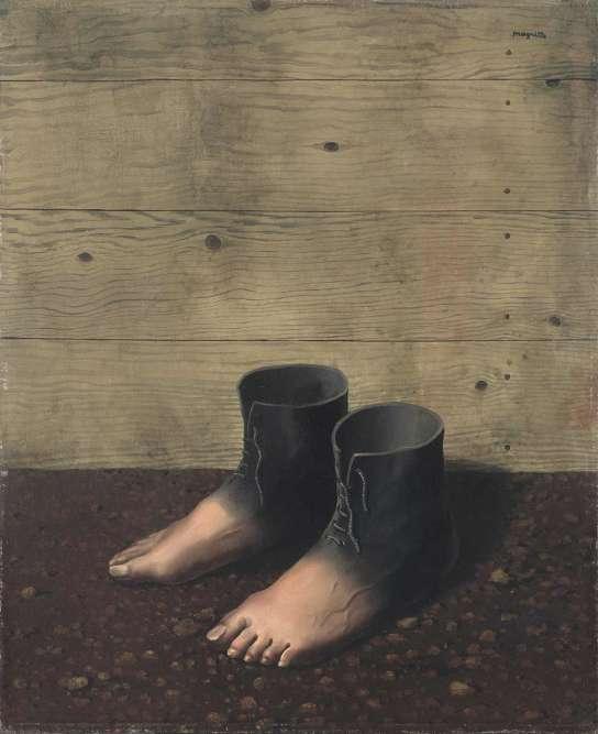 """«Max Ernst aurait signalé à Magritte l'enseigne d'un cordonnier de Touraine qui apportait une réponse au """"problème"""" du soulier. La solution des chaussures en peau de pieds apparaît à Magritte d'une telle évidence qu'il en multiplie les variantes. """"On ressent, grâce au 'Modèle rouge' que l'union d'un pied humain et d'un soulier de cuir relève en réalité d'une coutume monstrueuse.""""»"""