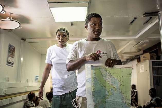 L'accueil d'une rescapée sur le bateau de SOS Méditerranée.