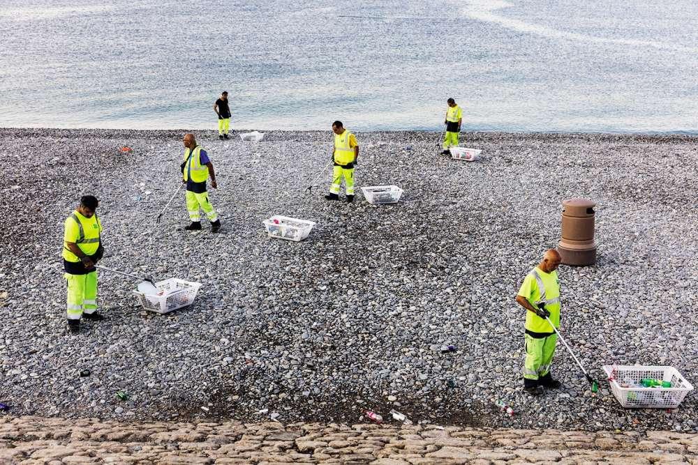 « Au petit matin, une armée de nettoyeurs municipaux ramassent les débris, surtout de bouteilles, laissés pendant la nuit sur la plage.»