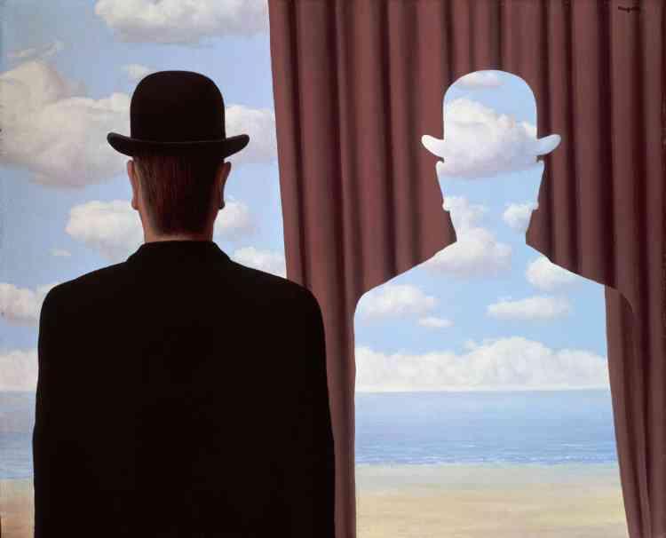 """«L'invention de la peinture, relatée par Pline l'Ancien dans son """"Histoire naturelle"""", en fait l'objet d'une interrogation sur la capacité de l'art à restituer le réel. Les silhouettes et les profils qui ponctuent l'œuvre de Magritte dénoncent la capacité de la peinture à exprimer le réel.»"""