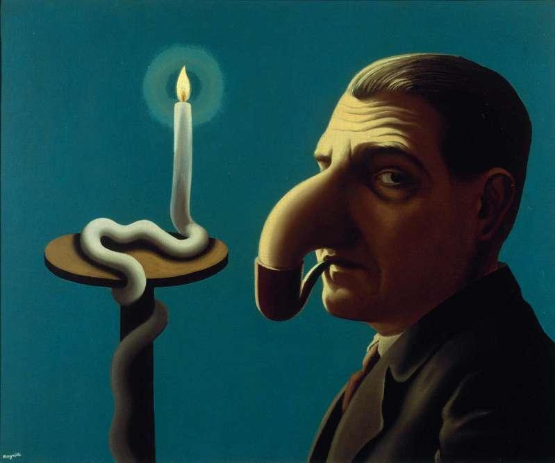 """«En 1936, René Magritte peint un philosophe momentanément distrait de sa méditation sur la flamme d'une bougie. Associée à la lumière d'une bougie, la philosophie en question est celle qui, depuis Platon, discrédite les représentations artistiques du monde. """"Les méditations du philosophe maniaque et distrait, un monde mental fermé sur lui-même, comme ici, un fumeur est le prisonnier de sa pipe."""" »"""