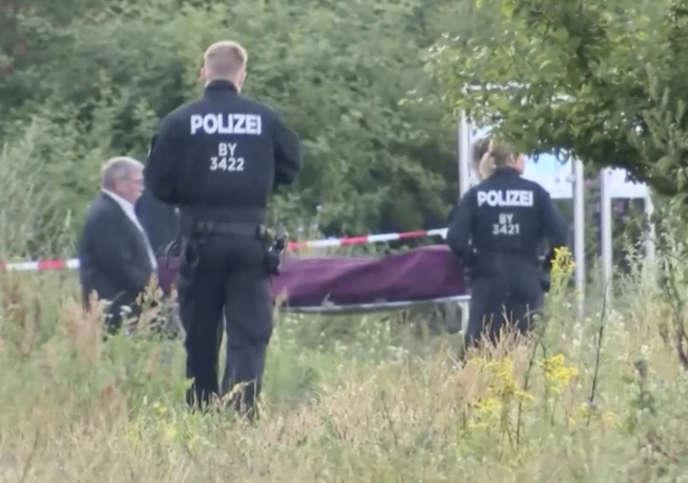 Evacuation par la police du corps de l'assaillant, àWurzburg, le 19 juillet 2016.
