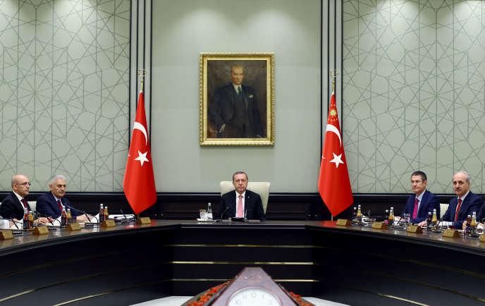Au centre, le président turc Recep Tayyip Erdogan, lors de l'annonce de la proclamation de l'état d'urgence, le 20juillet ausoir.