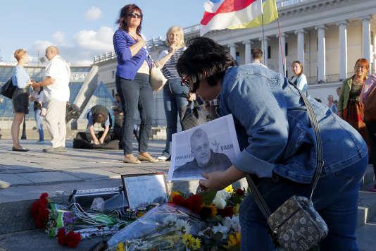 Des fleurs sont déposées en la mémoire du journaliste Pavel Sheremet à Kiev, en Ukraine, le 20 juillet 2016.