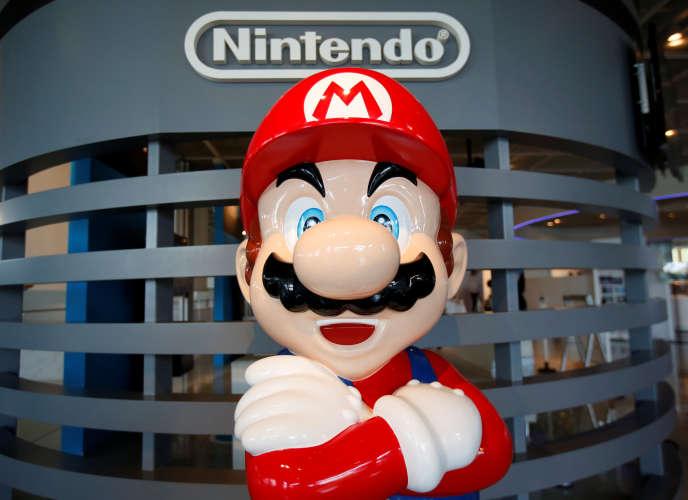 Effigie de Mario, le célèbre personnage de «Mario Bros»,jeu d'arcadedéveloppé et édité parNintendoen1983, devant le siège de la société, à Tokyo (Japon), en juillet.