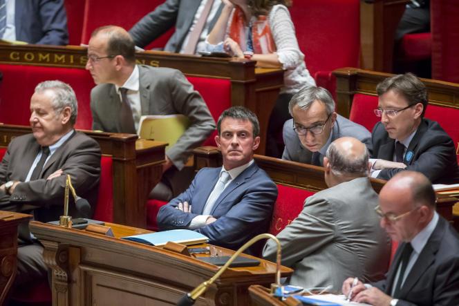 Manuel Valls et Bernard Cazeneuvelors du débat sur la prolongation de l'état d'urgence, à l'Assemblée nationale, à Paris, le 19 juillet.