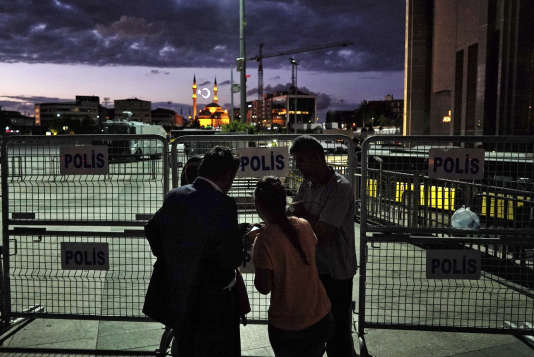 Des amis et de la famille de soldats détenus et accusés d'avoir participé au coup d'Etat dans la nuit du 15 au 16 juillet, en Turquie.