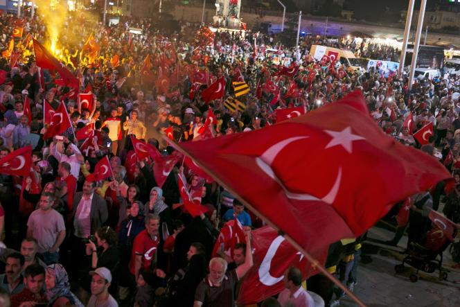 Des turcs soulèvent leur drapeau, place Taksim, le 20 juillet.