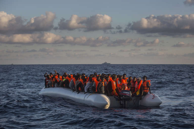 Des réfugiés sub-sahariens en mer, le 19 juillet, à 24 miles au nord de Sabrata en Libye.