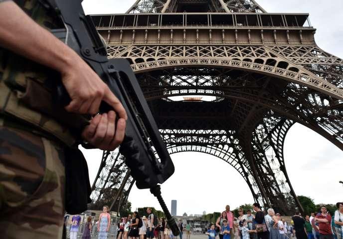 Un militaire de l'opération Sentinelle devant la tour Eiffel, le 20 juillet 2016.