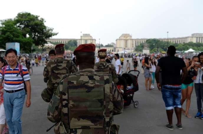 Des militaires patrouillent aux abords de la tour Eiffel dans le cadre de l'opération Sentinelle, le 20 juillet.