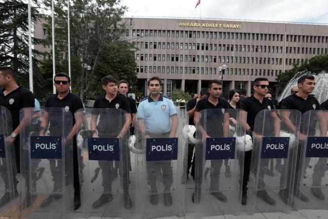 La police turque à l'extérieur du tribunal d'Ankara où des putchistes présumés sont interrogés, le 20 juillet.
