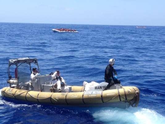Les militaires italiens, arrivés avant l'«Aquarius», viennent prévenir qu'il y a des cadavres dans l'un des canots.