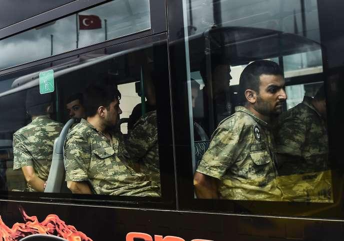 Des soldats turcs arrêtés après avoir pris part au coup d'état, le 15 juillet à Istanbul.