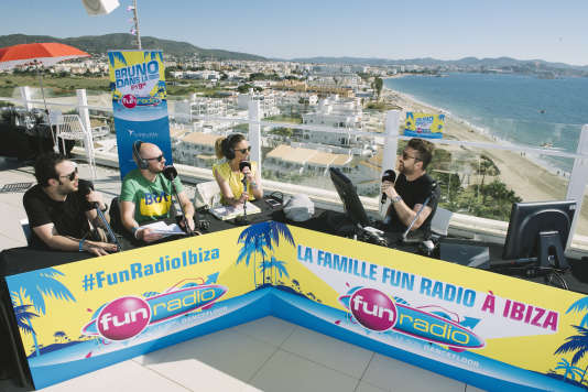 L'émission«Bruno dans la radio» depuisle rooftop de l'Ushuaïa Beach Club Hôtel à Ibiza. De gauche àdroite: Elliot,Vacher,Christina Guillotonet Bruno Guillon.