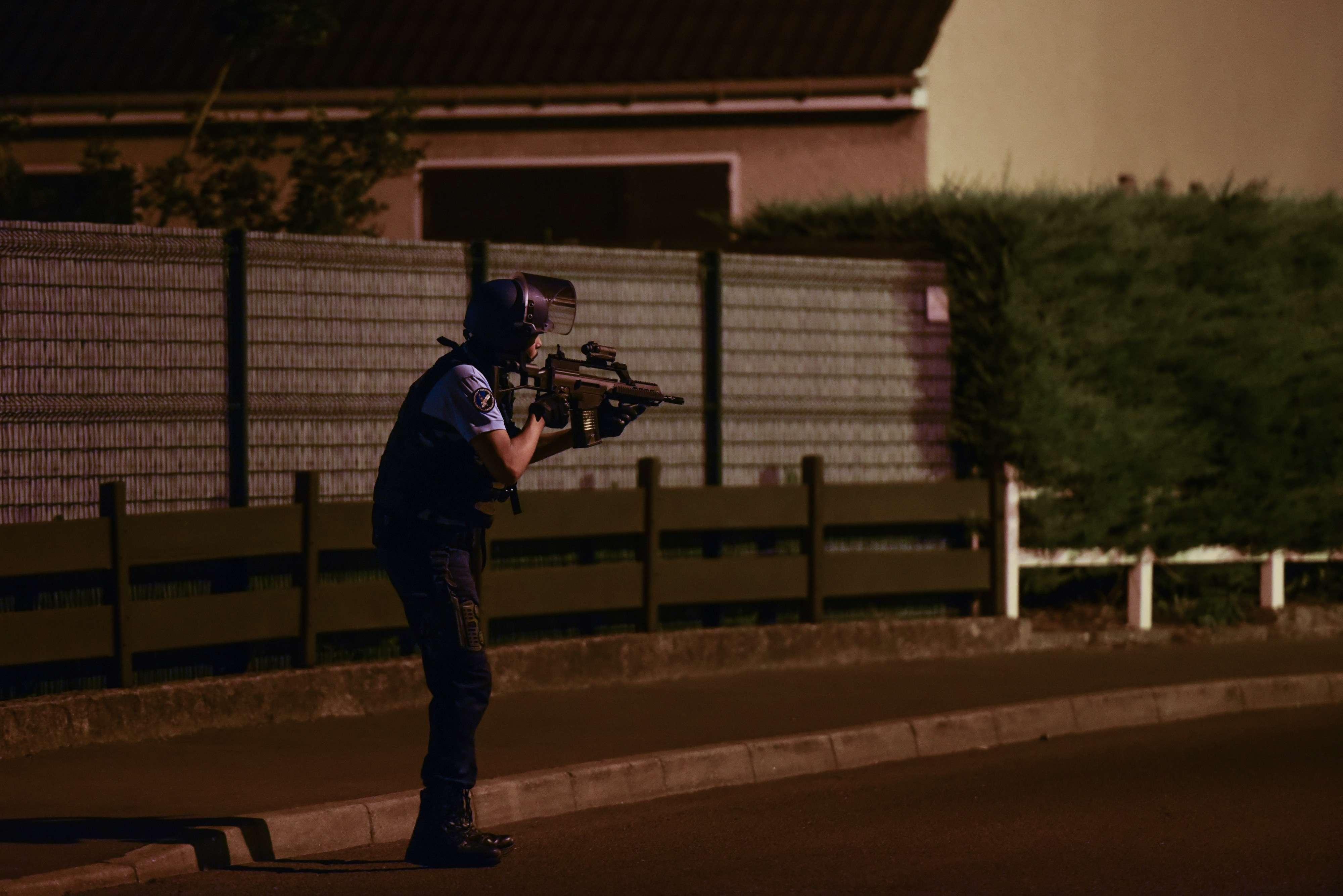 Intervention des forces de police et de gendarmerie dans la cité Boyenval (Beaumont-sur-Oise), où habitait Adama Traoré, 24ans, mort dans la nuit de mardi19 à mercredi20juillet au cours de son transfert vers la gendarmerie de Persan-Beaumont. Des affrontements entre jeunes et policiers ont eu lieu mercredi après-midi.