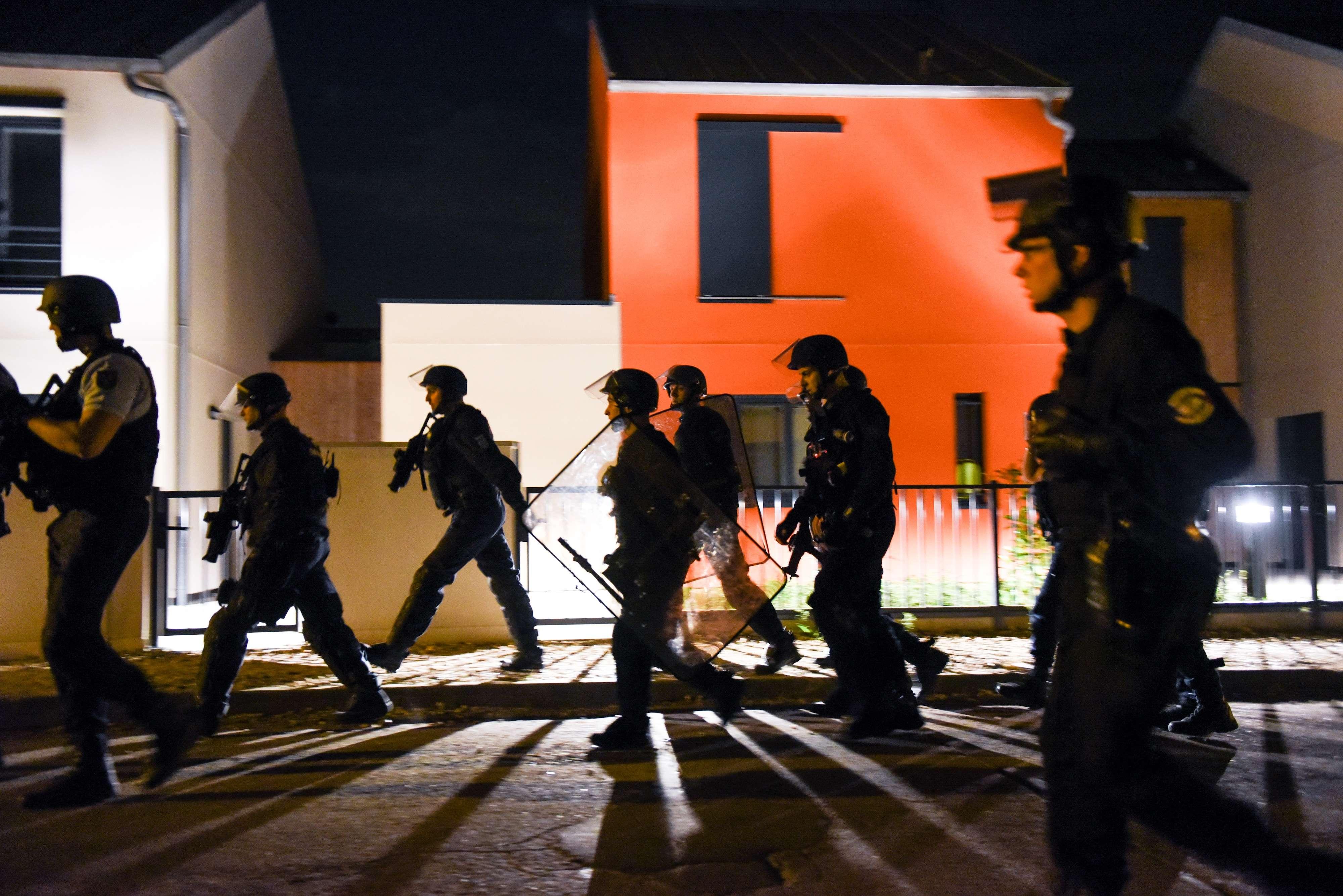 Dans la nuit de mercredi à jeudi, jeunes et policiers s'affrontent.