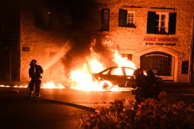 Dans la nuit, des voitures ont été incendiées place de la mairie suite au décès d'Adama Traoré durant son transfert vers la gendarmerie de Persan-Beaumont.