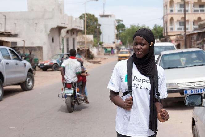Sylvie, 18 ans, sillonne sa ville de Kolda pour sensibiliser les jeunes de son âge sur l'éducation sexuelle et les questions de société.
