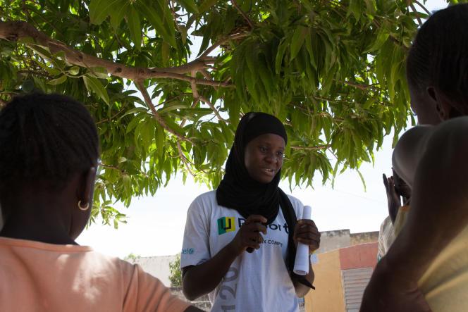 Sylvie en pleine «causerie» avec des adolescents de Kolda.